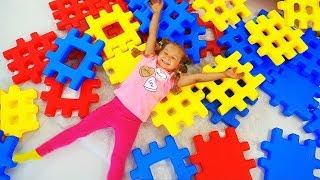 Diana e Roma brincam com blocos multicoloridos para crianças.