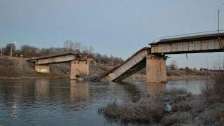 В Вельске обрушился автомобильный мост: фото(Автомобильный мост обрушился сегодня ночью в Архангельской области. 42-метровая железобетонная переправа..., 2015-10-21T12:32:43.000Z)