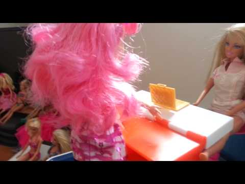 Barbie and her children: pretty pink cupcake!