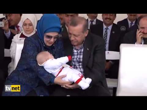 Cumhurbaşkanı Recep Tayyip Erdoğan Toplu Açılış Töreninde Kucağına Aldığı Bebeği Sevdi