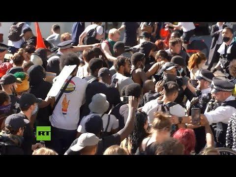 RT en Español: Enfrentamientos entre policías y manifestantes en una protesta contra el racismo en Londres