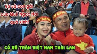 Vợ Quế Ngọc Hải và con gái nổi bật trên khán đài, cổ vũ trong trận Việt Nam - Thái Lan