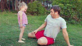 Bébé mignon rire hystériquement après avoir effrayé papa!