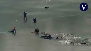 Dramático rescate policial en un lago de agua helada en Ucrania