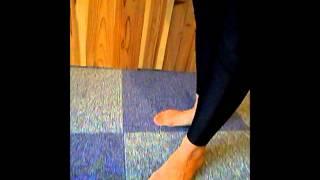 立ったままでできるので 場所を選ばずできる腰痛改善方法です。