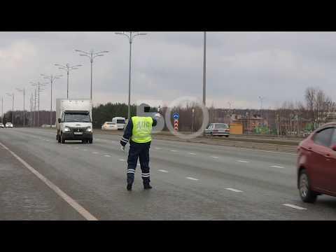 Сотрудники ГИБДД досматривают машины на въезде в Казань