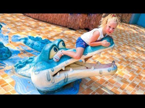 Влог Настя в зоопарке кормит тигров из бутылочки Развлечения для детей Vlog for kids