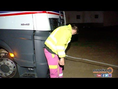 IMPRESIONANTE !! RESCATE DE UN CAMION EN EL BARRO por un vehículo especial de Grúas La Variante
