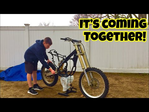 IT LOOKS LIKE A DIRT BIKE NOW! - Reassembling the RM125 (Part 1)