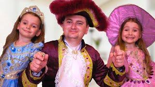 Папа и девочки КАК ПРИНЦЕССА играют вместе Видео для детей про косметику и платья для девочек