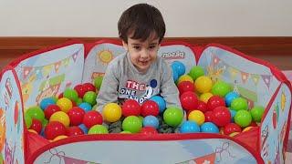 Berat Top Havuzunda. Fun Pretend Play with Ball Pool For Kids