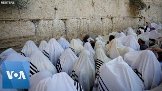 Thousands of Jewish Worshipers Hold Priestly Blessing at Western Wall For Sukkot