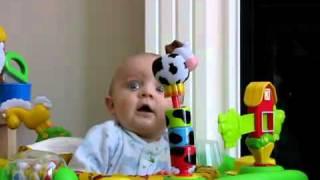 Bebe se assustando e rindo quando a mãe assoa o nariz  | TubeComedy