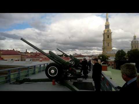 Полуденный выстрел из орудий в Петропавловской крепости