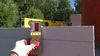 Моя стройка. Стены из газоблока. Установка угловых блоков первого ряда по лазерному нивелиру.