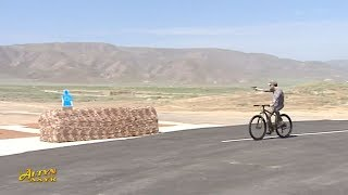 Президент Туркменистана стреляет по мишеням с велосипеда
