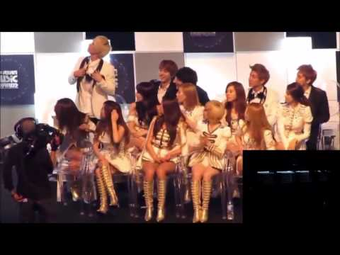 Fancam SNSD reaction 2NE1 in MAMA