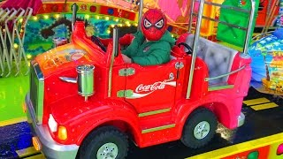 Garçon SpiderMan Adam s'amuse à Spa