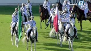 خادم الحرمين الشريفين أثناء أداء العرضة في قطر
