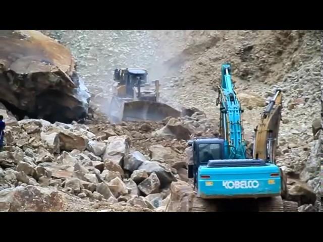 Detk-Detik Longsornya Tambang Batu Alam Cirebon