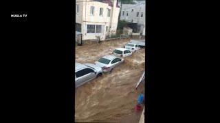 الفيضانات تجرف السيارات وتحاصر الناس في بحر إيجه في تركيا…