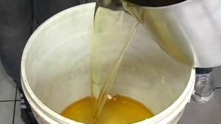 Aprenda a fazer sabão reutilizando óleo de cozinha