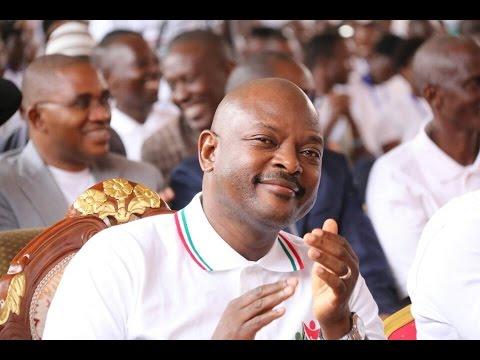 Un jeune comédien imite le président Nkurunziza.
