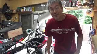バイク屋のフルード交換、TR650テラの前後ブレーキフルードの交換をしています。