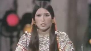"""Era i 1973.Marlon Brando non ritirò l'Oscar per""""Il Padrino"""".Al suo posto mandò una Apache."""