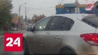 Смотреть видео Тепловоз едва не уволок три фонарных столба на переезде в Перми - Россия 24 онлайн