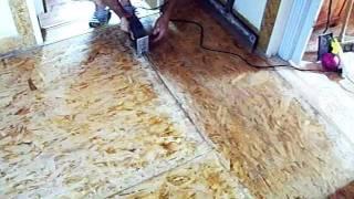 Ремонт пола из OSB плит - разделка шва перед сваркой(Для качественной сварки OSB панелей силиконом нужно сделать пропил вдоль места сварки 2 миллиметра и очистит..., 2011-08-17T14:44:47.000Z)