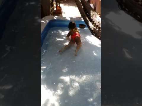 La niña bailando en traje de baño