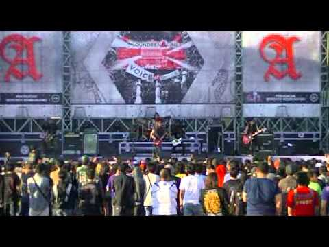 KOIL - NYANYIKAN LAGU PERANG - SOUNDRENALINE 2014 SURABAYA