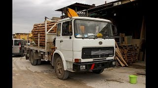 Un vecchio camion ancora in uso per il trasporto legname OM 110 del 1974