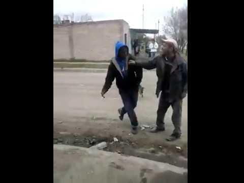 Pelea de borrachos muy graciosa. Drunk men fighting very funny 1/2