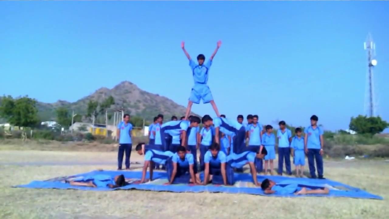 Suno Gaur se Duniya walo on Piramid by School students.