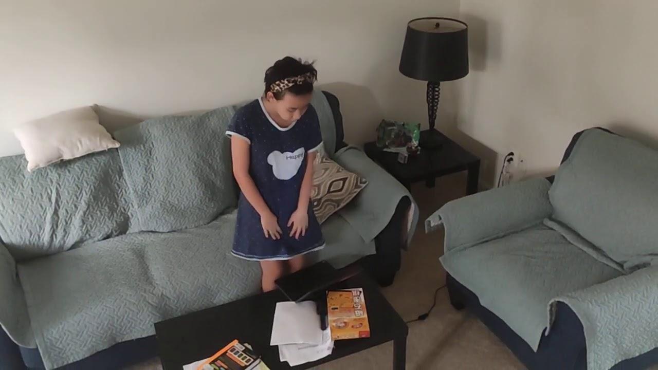 美国早上八点,五年级小姑娘,上网课跟着老师,起立向国旗宣誓