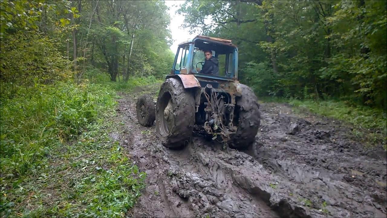 Трактор. Трактор в грязи. Трактор мтз тащит уаз.