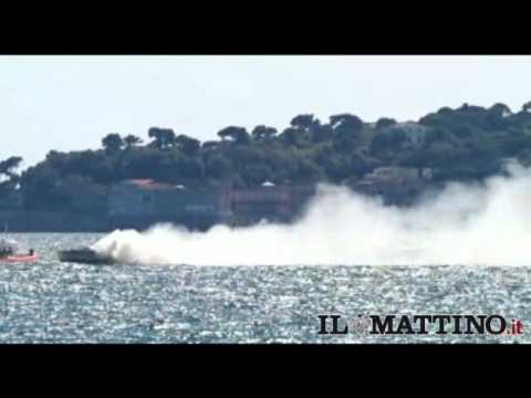 Yacht in fiamme nel Golfo di Napoli