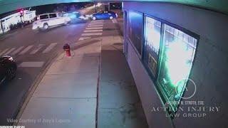شاهد: عربة للشرطة الأمريكية تصطدم بسيارة صغيرة وتقتل سائقتها…