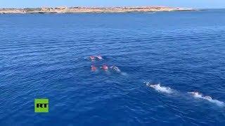 Migrantes saltan del barco Open Arms y nadan hacia Lampedusa