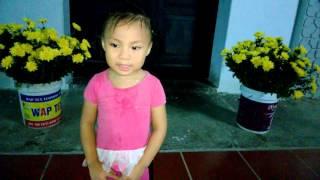 """Bé 3 tuổi Trần Thị Ngọc Ánh (Cún) hát bài """"Chúa Cứu Thế"""" thật cừ khôi! Hot hot hot!"""