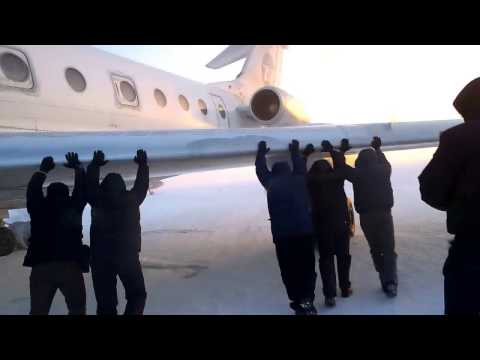 Passengers get out and push frozen plane in Siberia - CNN.com