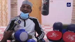مواطن ستيني يواصل ممارسة رياضة الملاكمة في منزله (17/4/2020)