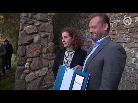 Minister overhandigt rijksmonumentschild Muur van Mussert
