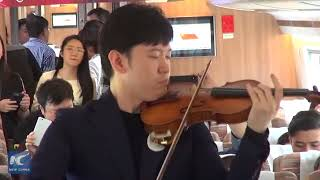 "Violinists perform ""The Butterfly Lovers"" on China's high speed train"