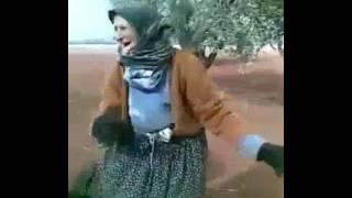 Oyun havası oynayan yaşlı kadın
