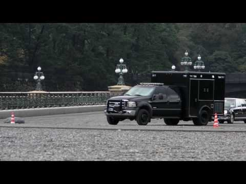 President Obama's motorcade leaving Imperial Palace Tokyo オバマ大統領の車列
