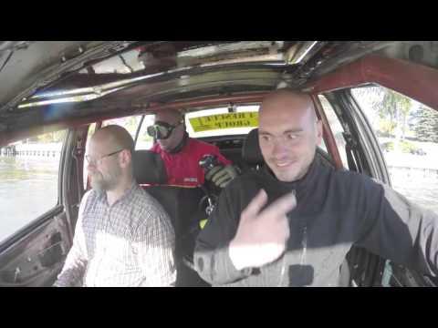 Tonący samochód - ćwiczenia Policji wodnej