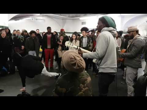 Prince Baye Fall fait danser tout le monde à République.